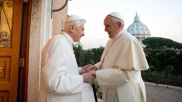 Photo of Francis meets Benedict XVI on first Christmas as pope