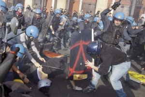 Photo of Italy: Police and students clash in Milan at anti-austerity protest