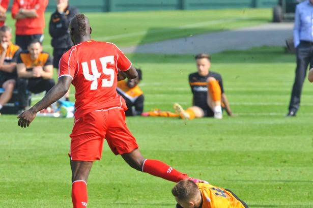 Photo of Liverpool's Mario Balotelli's 50/50 challenge during practice game causes social media stir