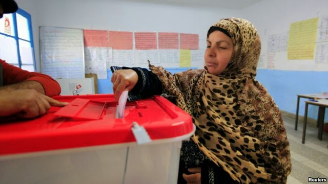 Photo of Tunisians Vote in Historic Presidential Runoff