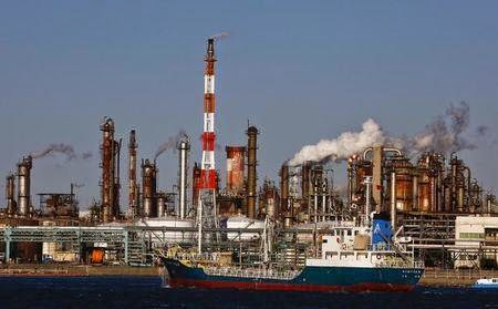 Photo of Oil prices fall as output remains high, producers slash costs