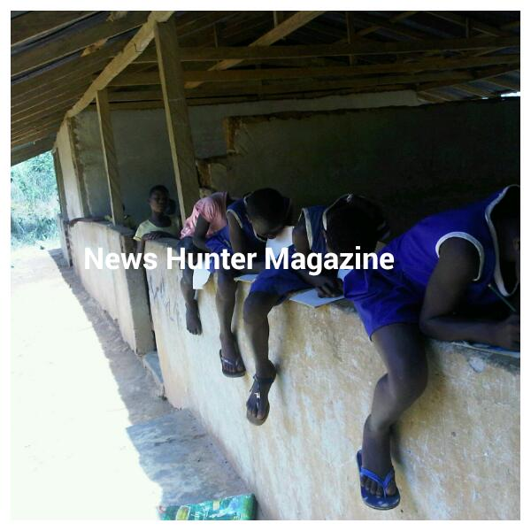 Photo of School Pupils At Nwowasu Primary Sit On Walls During Class Hours