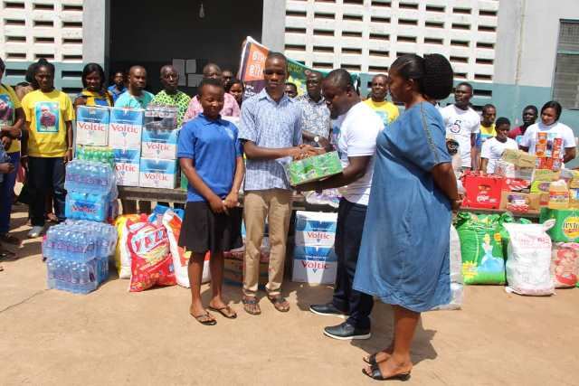 Photo of Rev Isaac Osei Bonsu Donates To Akropong School For The Blind