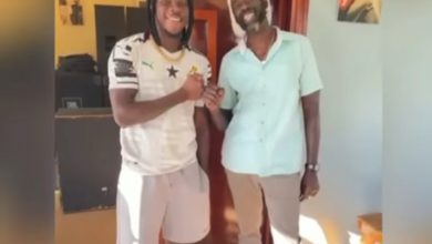 Photo of Buju Banton Put Smiles On Stonebwoy's Face In Jamaica (Watch What They've Been Up To)